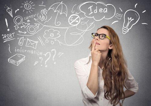 En kvinde er ved at finde på gode ideer som en del af heuristik