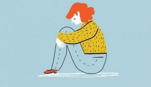 kvinde er alene og oplever forskelle på depression og tristhed i forhold til isolation