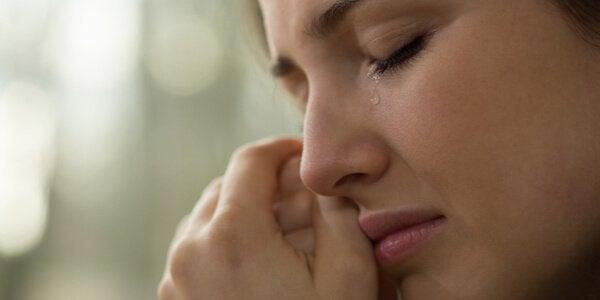 kvinde græder efter et forhold går i stykker