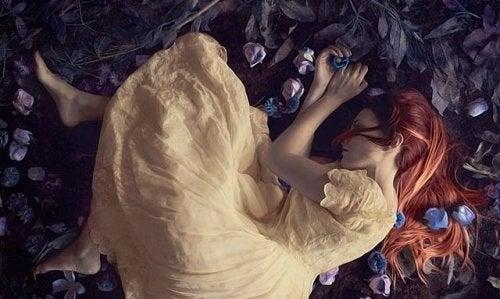 Kvinde på gulv oplever en hjerne under et brud