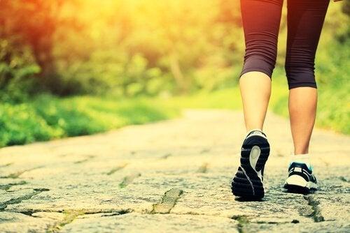 kvinde løber, et eksempel på en måde at blive lykkeligere på
