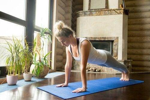 kvinde laver yogastillinger til rygsmerter