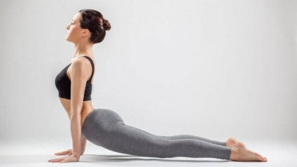 kvinde laver yoga for rygsmerter
