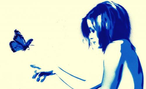 Silhuet af kvinde og sommerfugl i blå nuancer