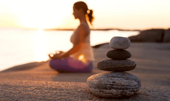 kvinde mediterer for at være lykkelig