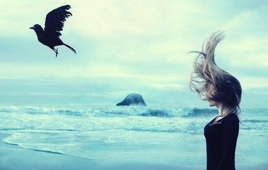 pige kigger på ravn (symbol for følelsesmæssigt krævende mennesker) flyve væk
