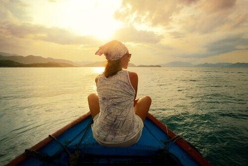 Kvinde på båd nyder udsigt