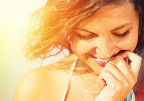 Kvinde vælger at smile mere for at føle sig lykkeligere