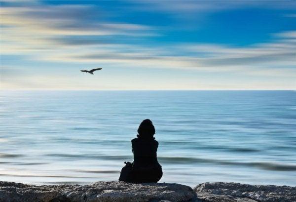 kvinde tager sig tid til at nyde stranden