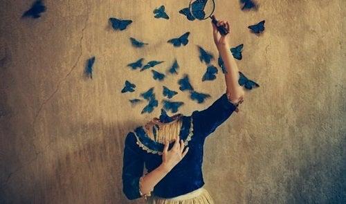 En kvinde uden hoved, men med sommerfugle, der flyver fra hendes hals