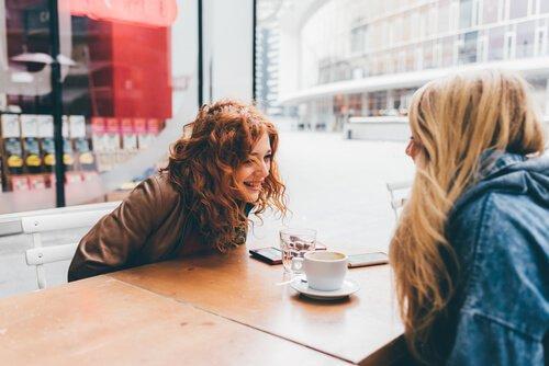 veninder drikker kaffe sammen