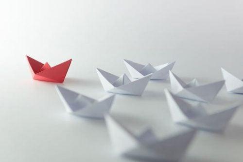 Papirsbåde med rød fører symboliserer lederskab