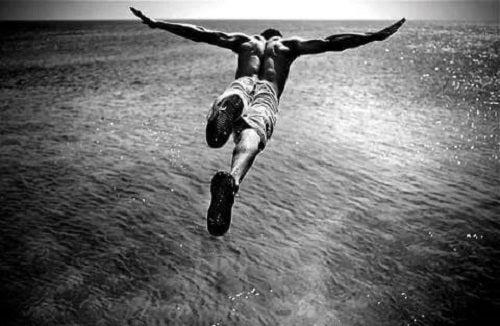 Mand, der hopper ud fra højt sted, symboliserer adrenalinafhængige