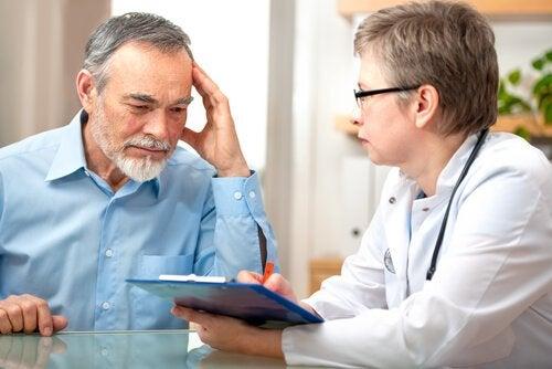 Mand sammen med sin læge
