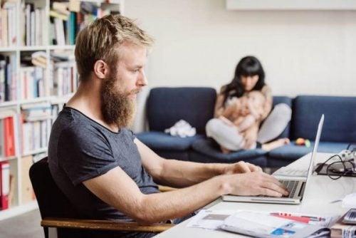 Mand arbejder ved computer og har svært ved at skabe balance mellem arbejdsliv og privatliv