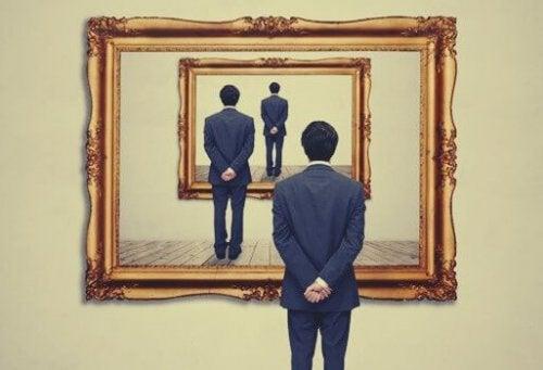 Mand ser på billede af sig selv, der ser på billede af sig selv