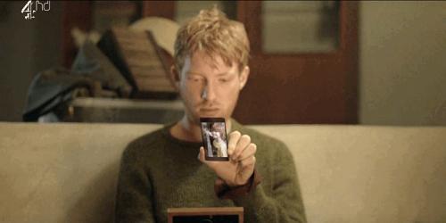 Mand ser på mobil i serien Black Mirror