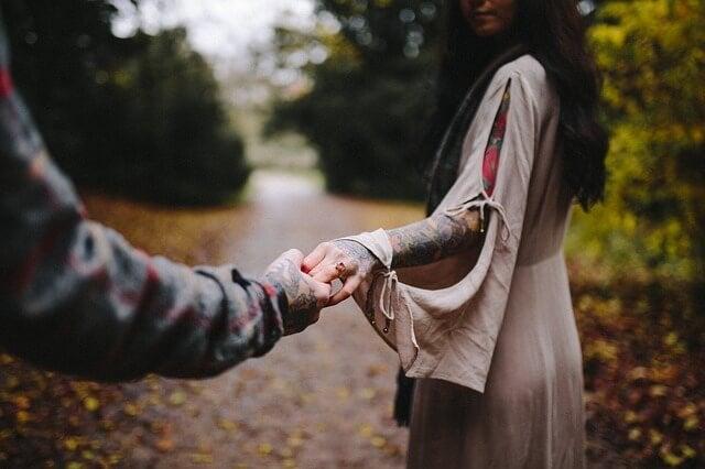 En mand griber fat i kvindens hånd