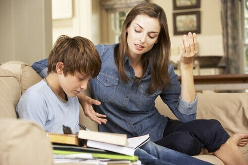 Mor der hjælper sin søn med lektier