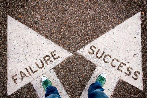 Person står med valget mellem succes og fiasko