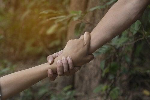 En hånd, der hjælper en anden