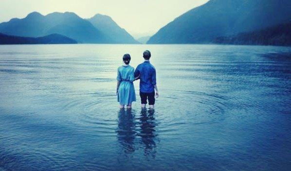 Par står sammen i sø