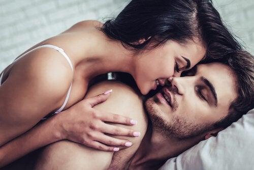 par kysser i en seng