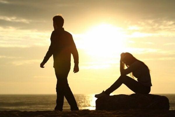 par slår op på stranden