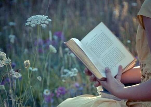 Kvinde læser for at komme ud af rutiner