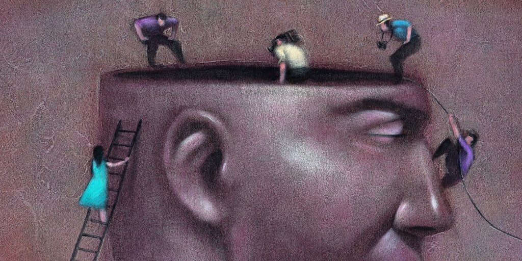 Små mennesker arbejder i stor hjerne