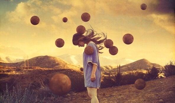 Pige i dybe tanker med planeter flyvende omkring sig