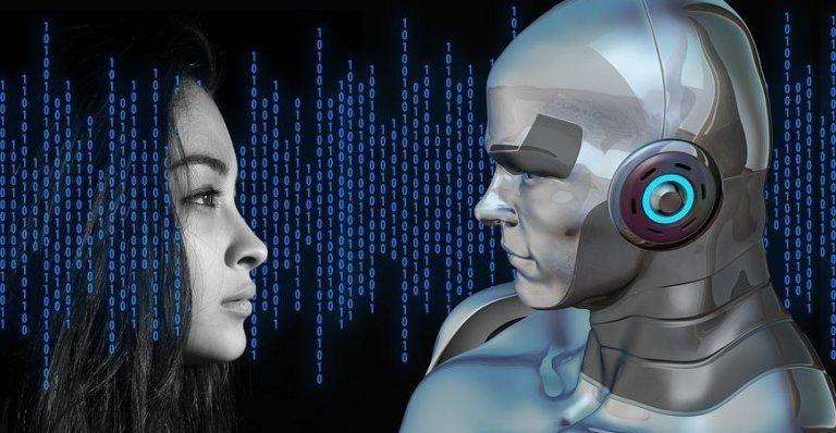 Kvinde ser på robot som del af kunstig intelligens