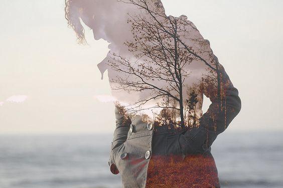 Silhuet af person med skov og hav
