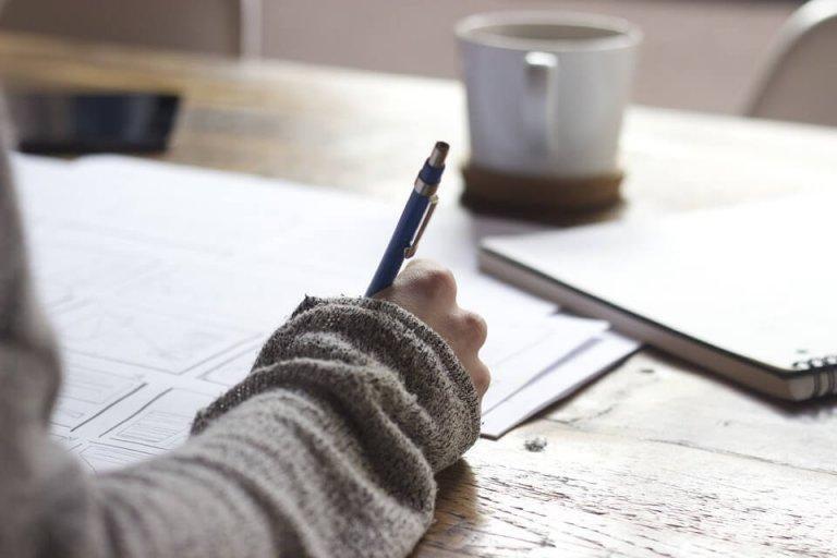 Person med blyant og papir på skrivebord