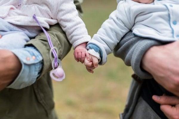 Små børn begynder at vise tegn på socialt liv meget tidligt