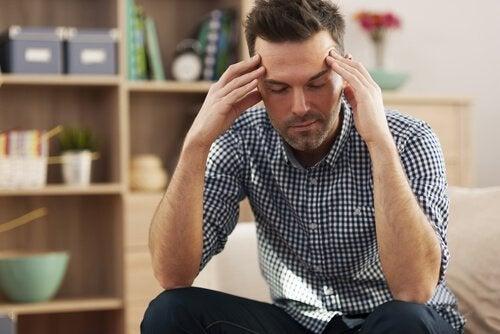 Mand, der tager sig til hoved, finder det udmattende at tale med andre