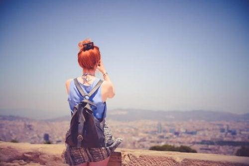 Kvinde nyder udsigt fra toppen af bjerg