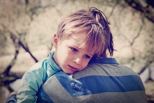 trist barn bliver trøstet