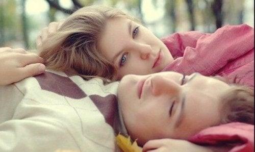 Par ligger sammen i skov