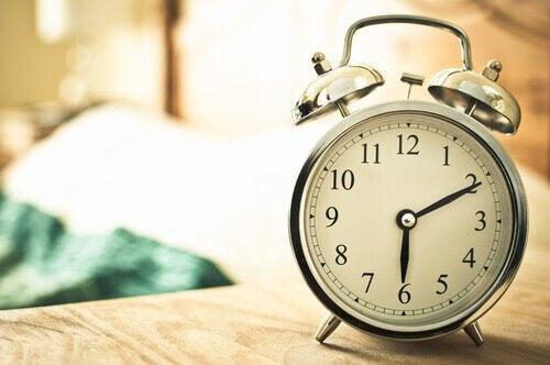 En ur viser, hvordan man kan stå tidligt op