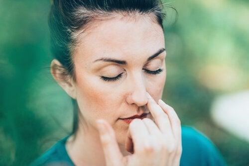 Øvelsen alternativ vejrtrækning med næsen