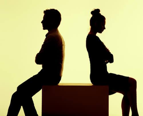 vredt par har ryggen til hinanden