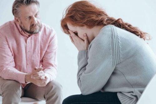 Kvinde græder hos en psykolog