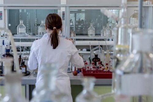 Kvinde i et laboratorium