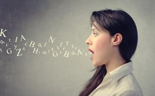 Bogstaver flyver ud af kvindes mund