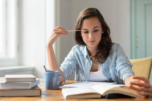 Kvinde læser om at motivere elever