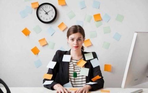 Kvinde, som aldrig stopper med at arbejde, er fyldt med huskesedler