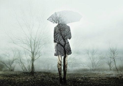 Silhuet af kvinde med en paraply