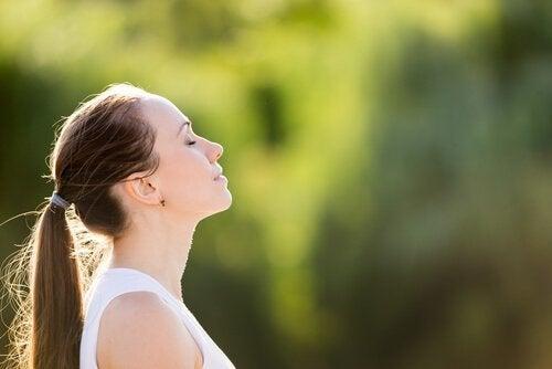 Kvinder trækker vejret, hvilket gør, at tankerne vandrer mindre