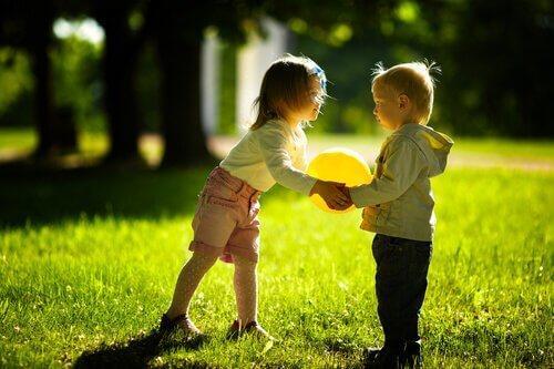 Børn, der leger med en ballon, viser betydningen af legetid hos børn